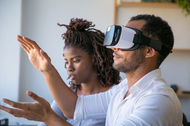Diversos colegas que prueban el simulador de realidad virtual juntos