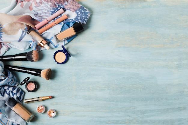 Diversos cosméticos y pinceles de base.