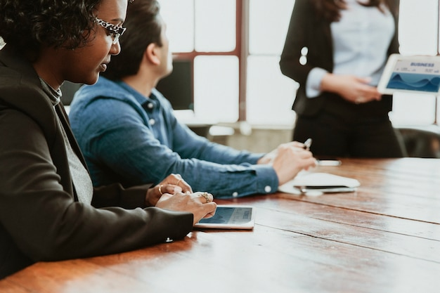 Diversos empresarios en la sala de reuniones.