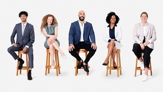 Diversos empresarios sonriendo mientras están sentados puestos de trabajo y campaña de carrera