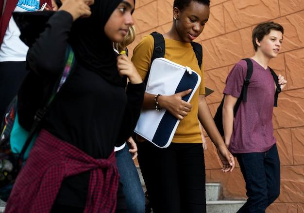 Diversos estudiantes caminando por las escaleras.