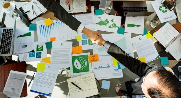 Diversos hombres de negocios que se encuentran con el acuerdo de asociación