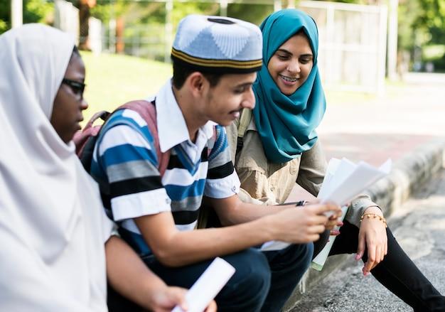 Diversos niños estudiando al aire libre.