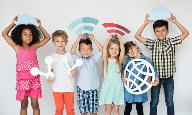 Diversos niños con iconos de internet
