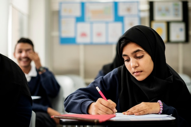 Diversos niños musulmanes que estudian en el aula.