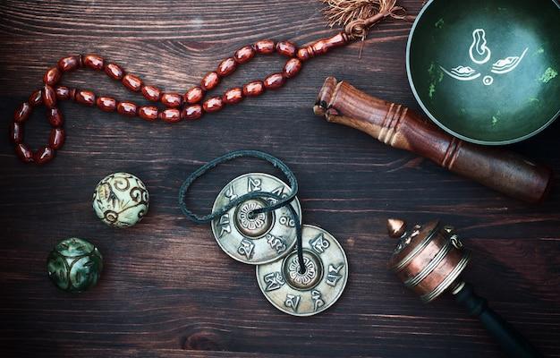 Diversos objetos étnicos para la meditación y la relajación.
