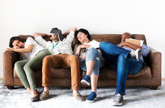 Diversos trabajadores descansando en el sofá.