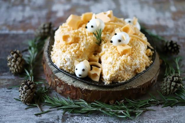 Divertida ensalada para el nuevo año 2020. ratón en ensalada de queso. ensalada de navidad.