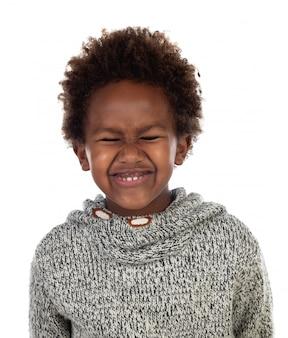 Divertida expresión de un pequeño niño africano con ojos cerrados.