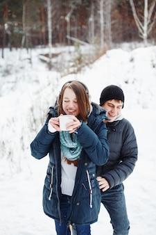 Divertida pareja divirtiéndose al aire libre