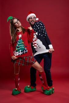 Divertida pareja posando en ropa nerd aislado
