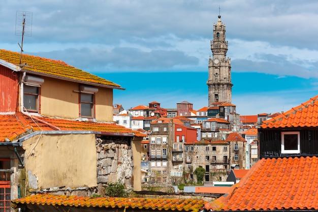 Divertidas casas coloridas en el casco antiguo de oporto, portugal