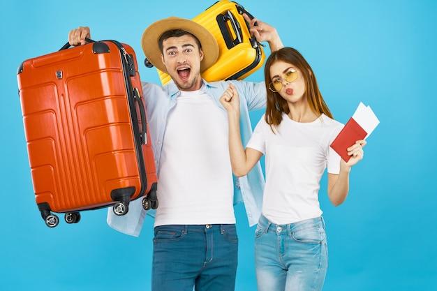 Divertidas maletas de viaje de pareja en pasaporte de vacaciones y aeropuerto de boletos de avión