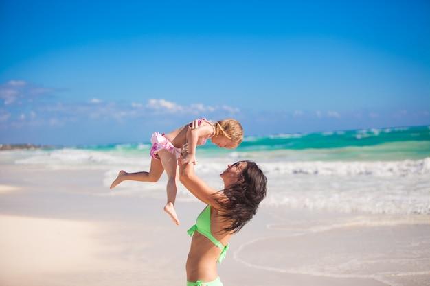 Divertidas vacaciones familiares mamá y su hija