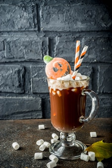 Divertido chocolate caliente de halloween