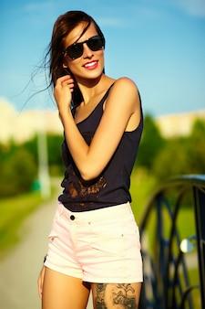 Divertido, elegante, sexy, sonriente, hermoso, soleado, mujer joven, modelo, en, verano, brillante, hipster, tela, en el parque