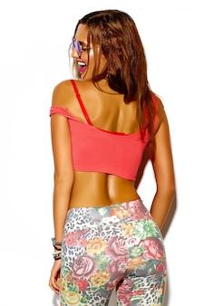 Divertido glamour loco elegante sexy sonriente hermosa joven deporte mujer modelo en tela brillante hipster de verano con grandes tetas
