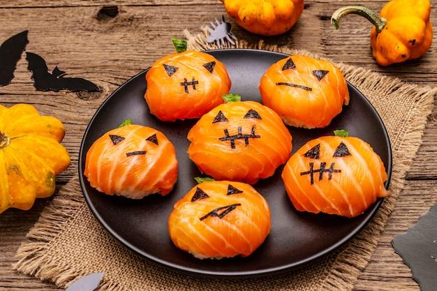 Divertido halloween sushi pumpkins jack o lantern, sushi monsters. temari sushi, bolas de sushi. comida sana para niños
