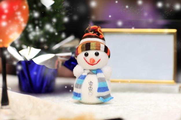 Divertido muñeco de nieve de juguete con gorro y bufanda de punto
