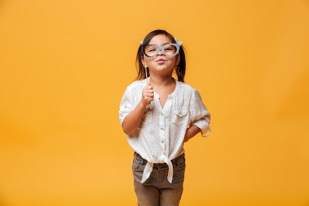 Divertido niño niña con gafas falsas.