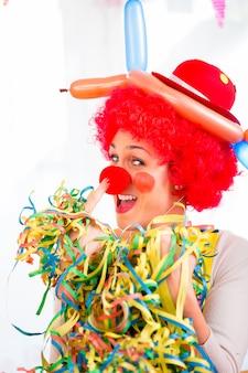 Divertido payaso en fiesta o carnaval.