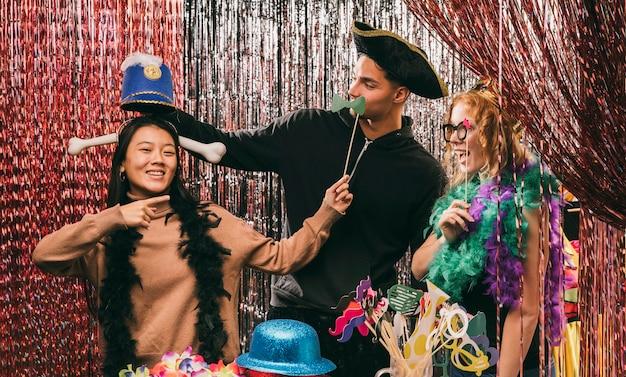 Divertidos amigos disfrazados en la fiesta de carnaval