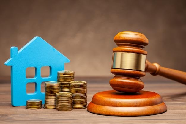 Divorcio por ley. división de bienes después de un divorcio. casa con dinero y mazo de juez.