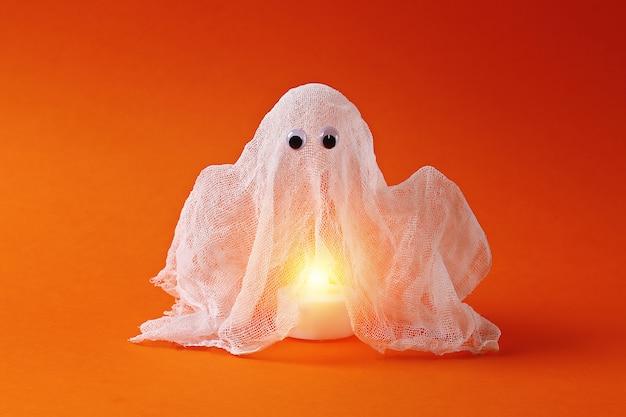 Diy halloween fantasma de almidón y gasa naranja. idea de regalo, decoración de halloween. paso a paso