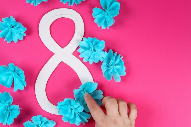Diy ocho hizo cartón decorado flor artificial hecho azul papel de seda servilleta fondo rosa.
