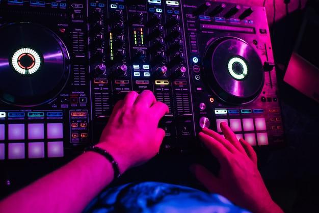 Dj en cabina tocando en discoteca