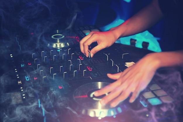 Dj entertainment con el reproductor de cd edm dance music mixer en night club en vacaciones