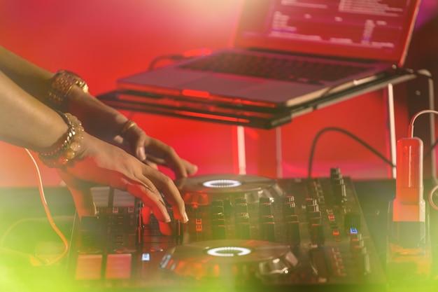 Dj juega con los mejores y famosos reproductores de cd en el escenario. edm, concepto de fiesta.