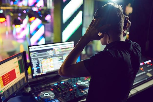 Dj mezcla la canción en la discoteca en la fiesta.