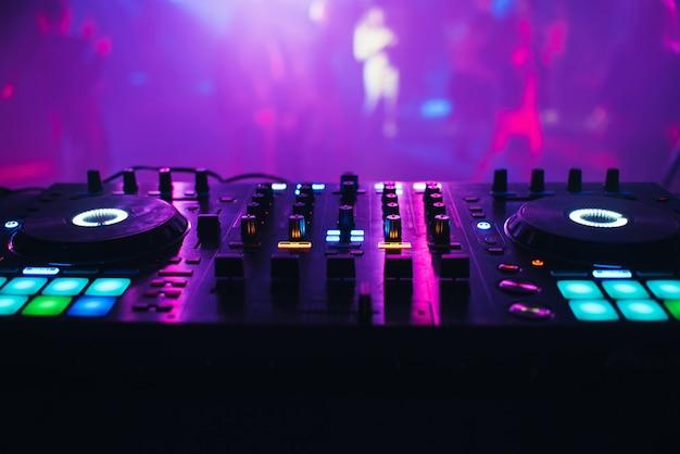Dj mezclador en la mesa del club nocturno