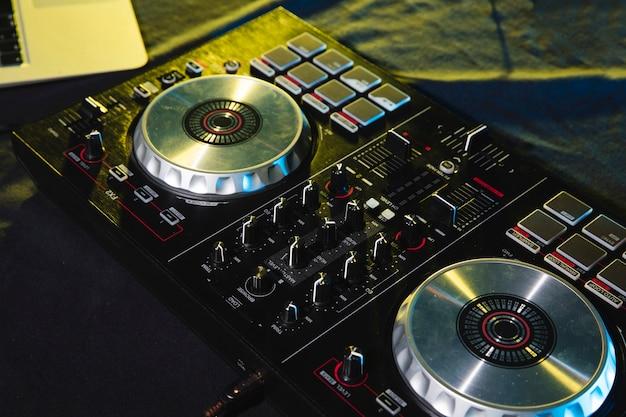 Dj mezclando el control del panel de la placa de sonido