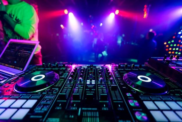 Dj profesional mezclador de música en una fiesta en un concierto electrónico