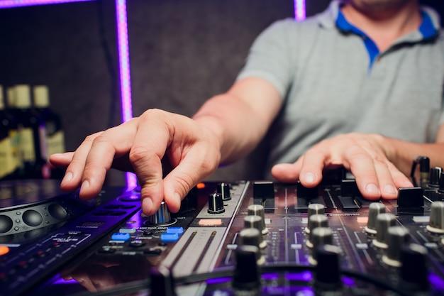Dj remoto, tocadiscos y manos. vida nocturna en el club, fiesta.
