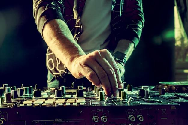 Dj tocando música en mezclador closeup