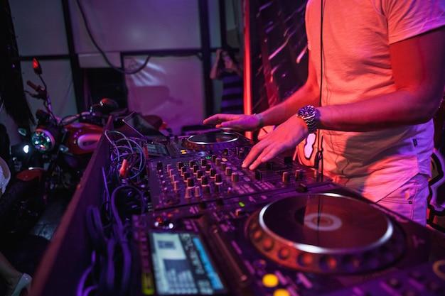 Dj tocando música en el mezclador