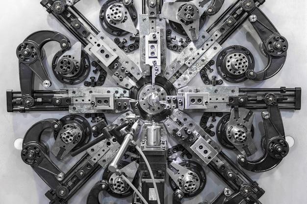 Dobladora de alambre automática, centro de mecanizado cnc de alta precisión trabajando, operador haciendo proceso de piezas de resorte automotriz en fábrica.
