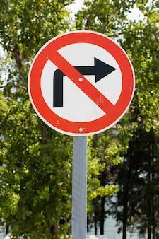 Doblar a la derecha señal de tráfico prohibida