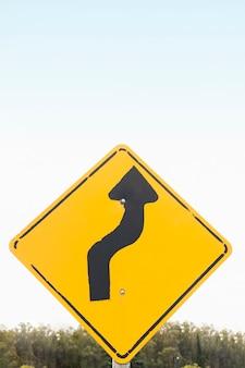 Doble curva carretera signo de flecha al aire libre