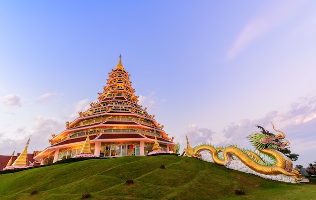Doble dragón y pagoda en wat huay pla kang