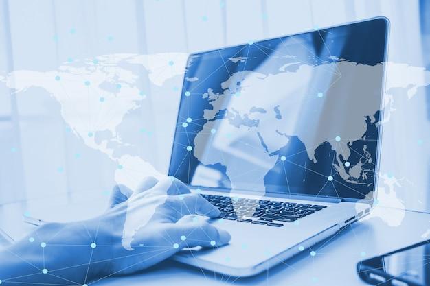 Doble exposición usando la computadora portátil haciendo red comercial en línea
