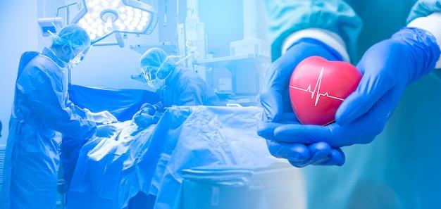 Doble exposición varios cirujanos que rodean al paciente en la mesa de operaciones durante su trabajo y un médico o cirujano sosteniendo un corazón, concepto de atención médica.
