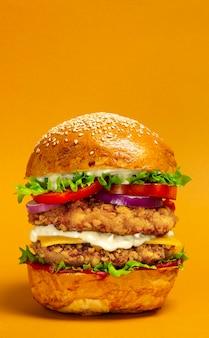 Doble hamburguesa grande con chuleta de pollo empanizada
