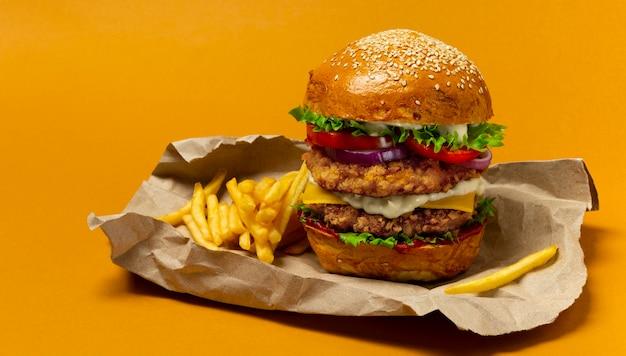 Doble hamburguesa grande de pollo con papas fritas