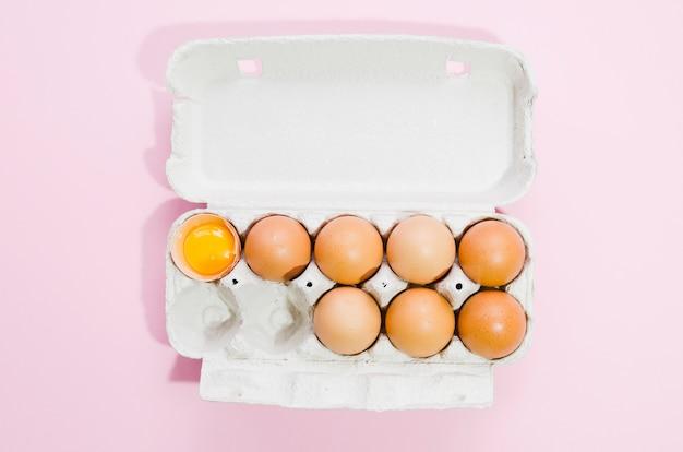 Docena de huevos con fondo de color
