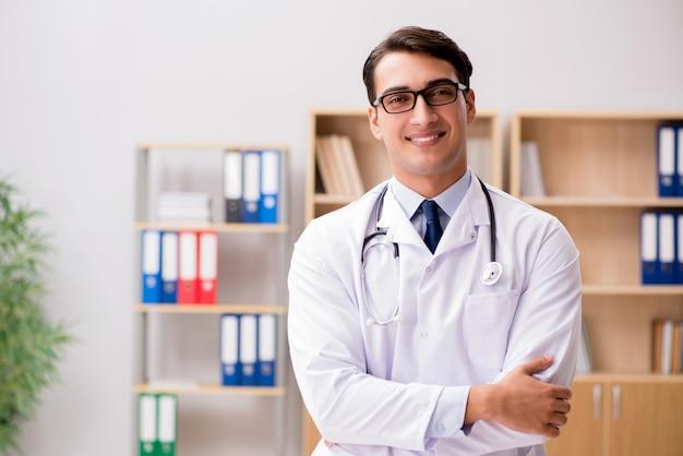 Doctor adulto joven trabajando en el hospital.