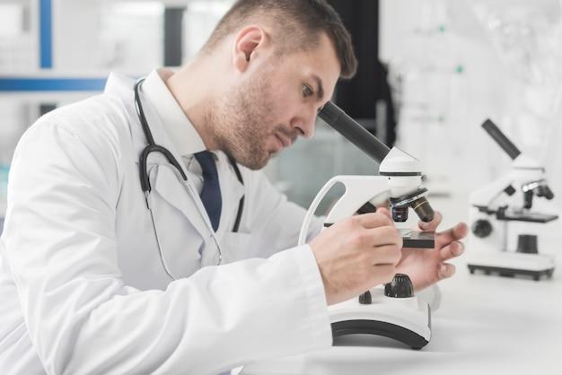 Doctor ajuste microscopio